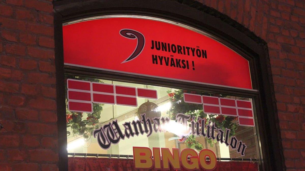 Wanhan Tiilitalon Bingon ikkuna Jyväskylän Kävelykadulla.