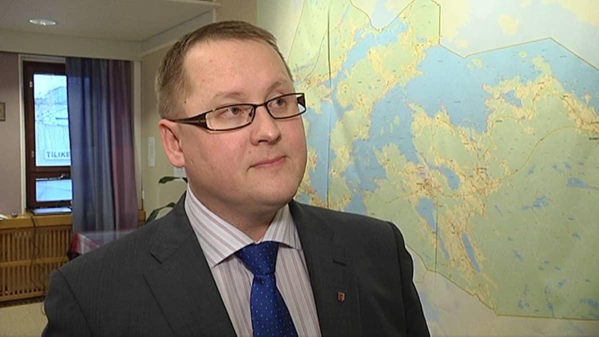 Kangasalan kunnanjohtaja Oskari Auvinen kartan edessä.