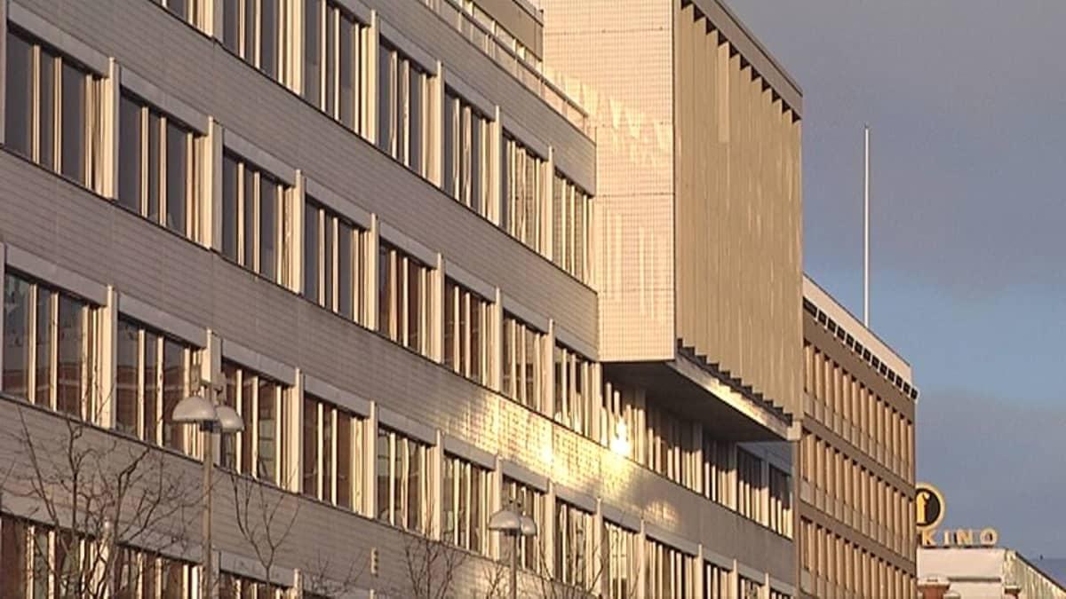 Tampereen kaupungin virastotalon ikkunoita auringonvalossa.