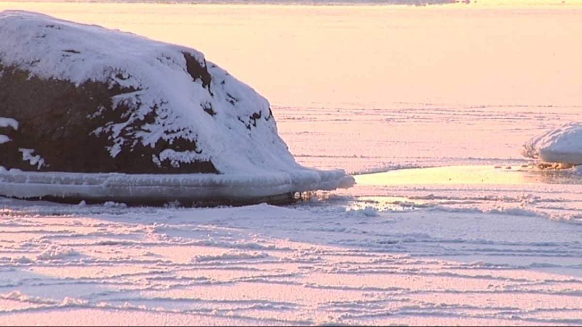 Meri on jäätynyt.