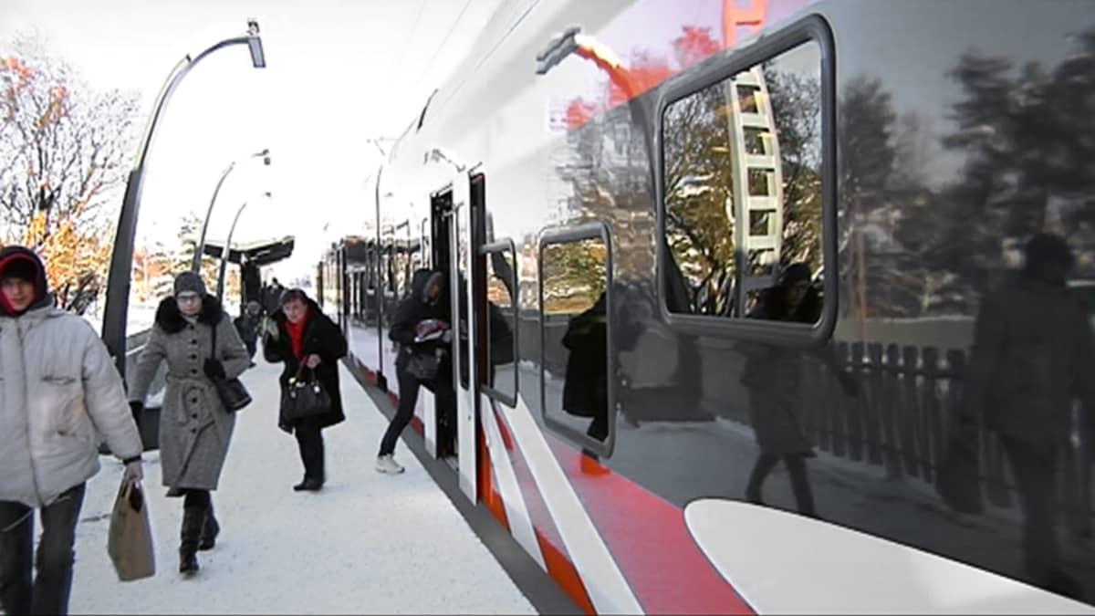 Matkustajia junalaiturilla Tallinnassa.