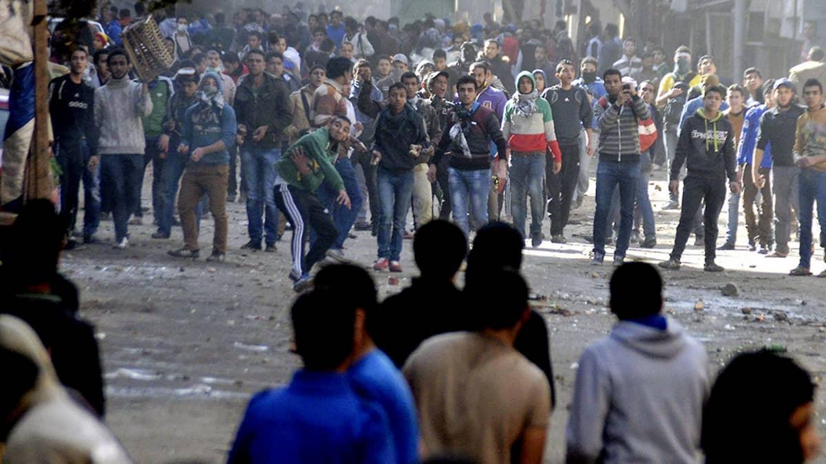 Egyptin väliaikaisen hallinnon kannattajat ja vastustajat ottavat yhteen kadulla Kairossa.