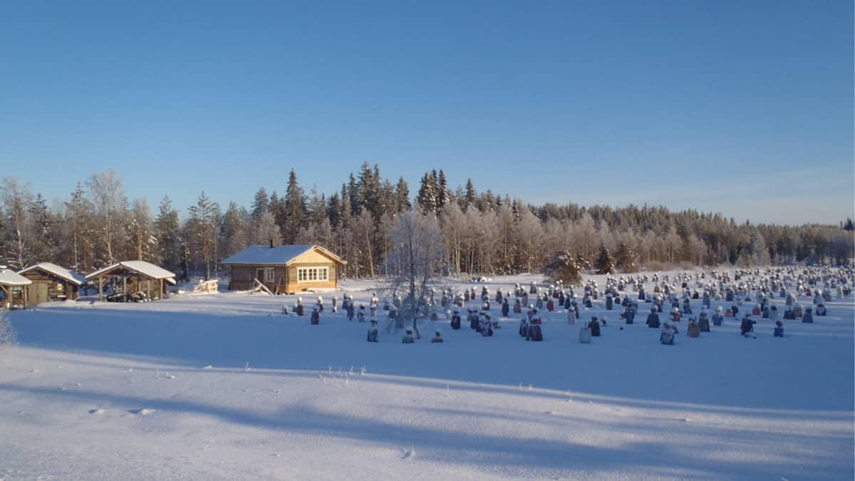 Hiljainen kansa -taideteos lumivaipan alla tammikuussa 2014.