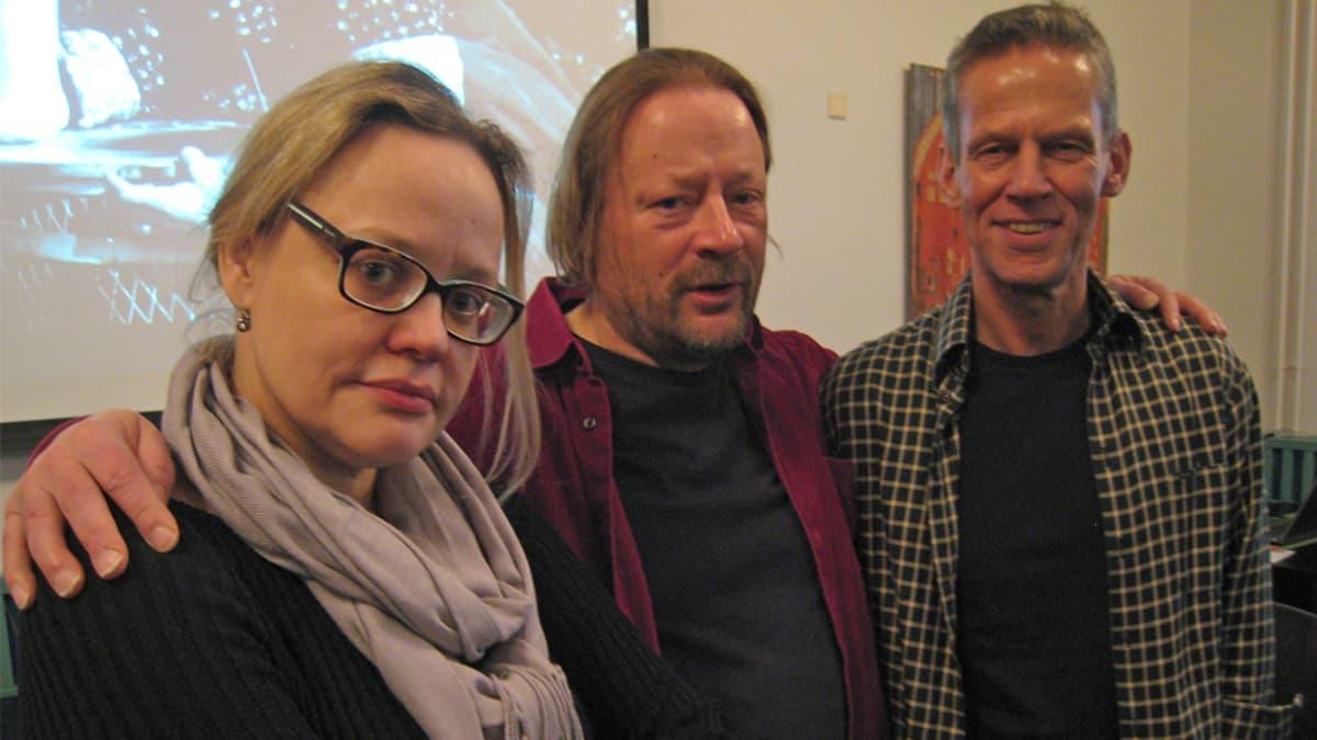 Kuvassa ohjaaja Fiikka Forsman, käsikirjoittaja Heikki Metsämäki ja teatterinjohtaja Erik Kiviniemi.