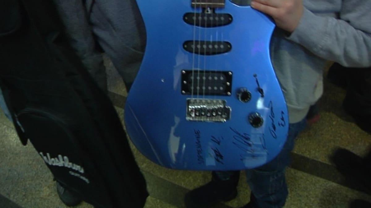 Softenginen nimikirjoitukset koristavat nyt Nuutin kitaraa.