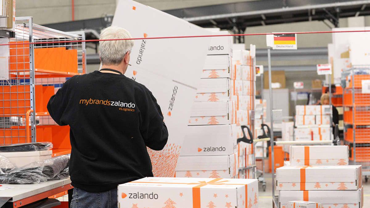 Työntekijä pakkaa tuotteita Zalandon logistiikkakeskuksessa Erfurtissa Saksassa 12. joulukuuta 2012.