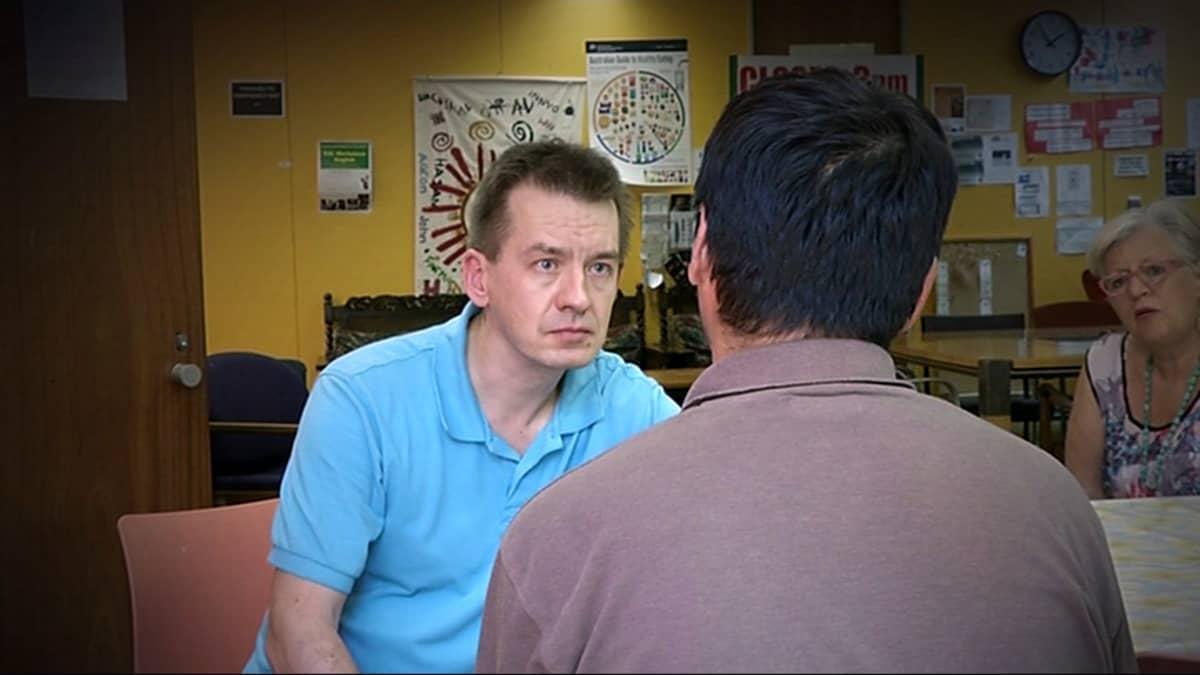 Toimittaja Mika Mäkeläinen haastattelee turvapaikanhakija Farzadia (kuvassa selin).