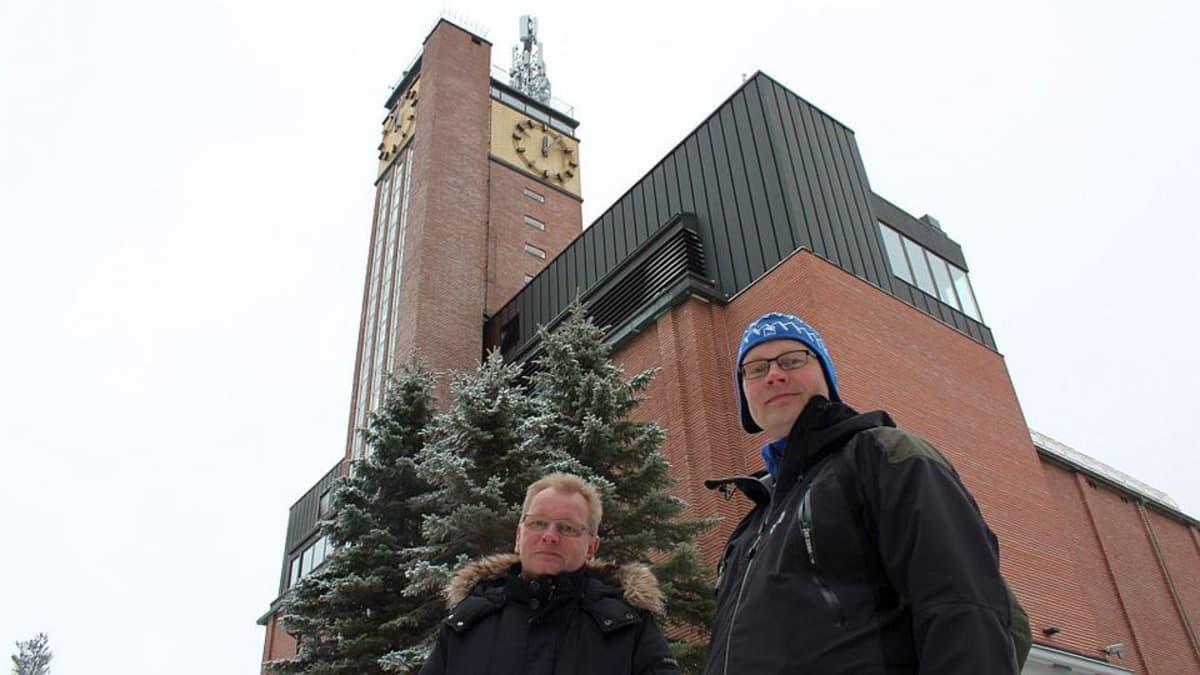 Neste Oil Rallin kilpailunjohtaja Kai Tarkiainen (vas.) ja apulaiskilpailunjohtaja Kari Nuutinen Vesilinnan edustalla Harjulla.