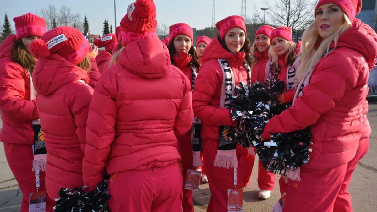 Kisatytöt Salpausselän kisoissa maaliskuussa 2014