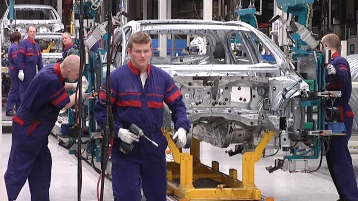 Autonrakentajia työn touhussa