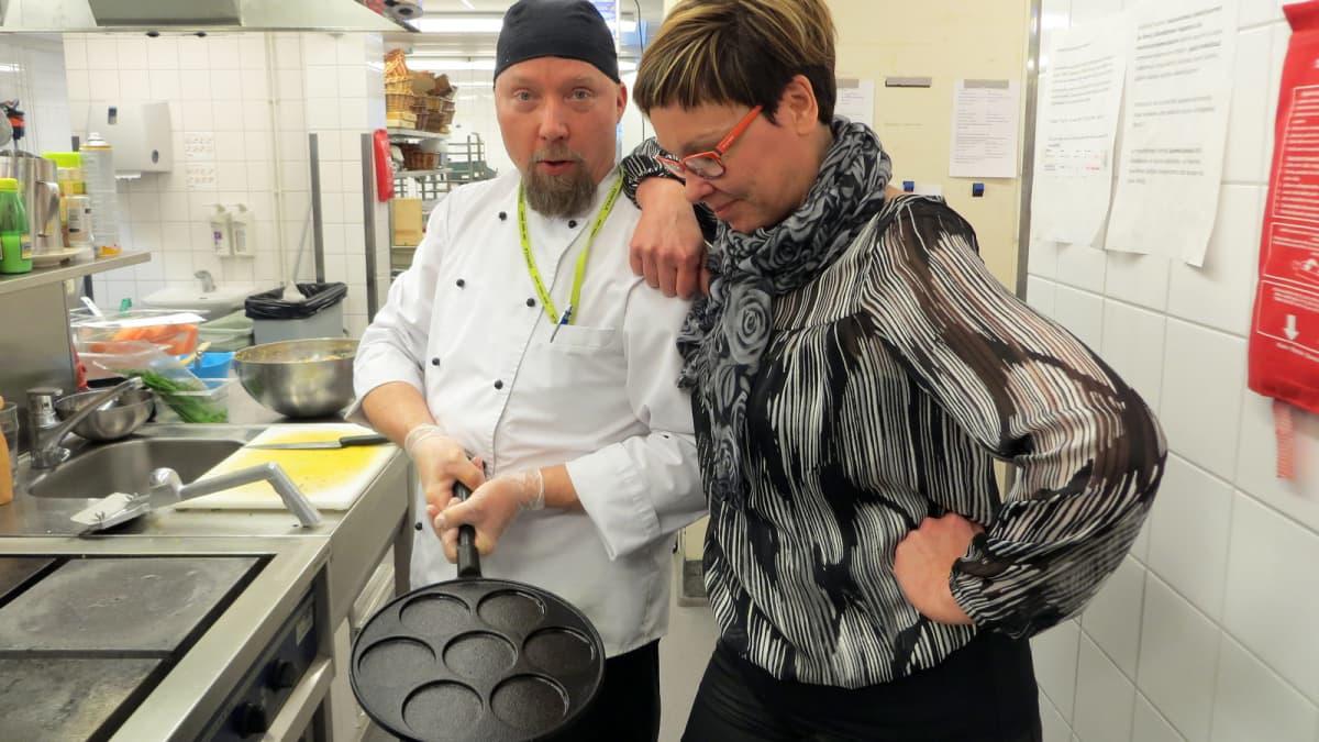 Tiina ja Veli-Matti Koski Eerikkilän ravintolan keittiössä.