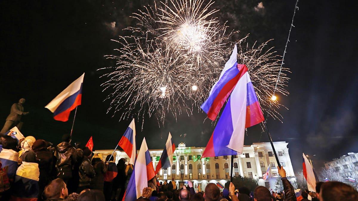 Ihmiset juhlivat vaalitulosta Simferopolissa.
