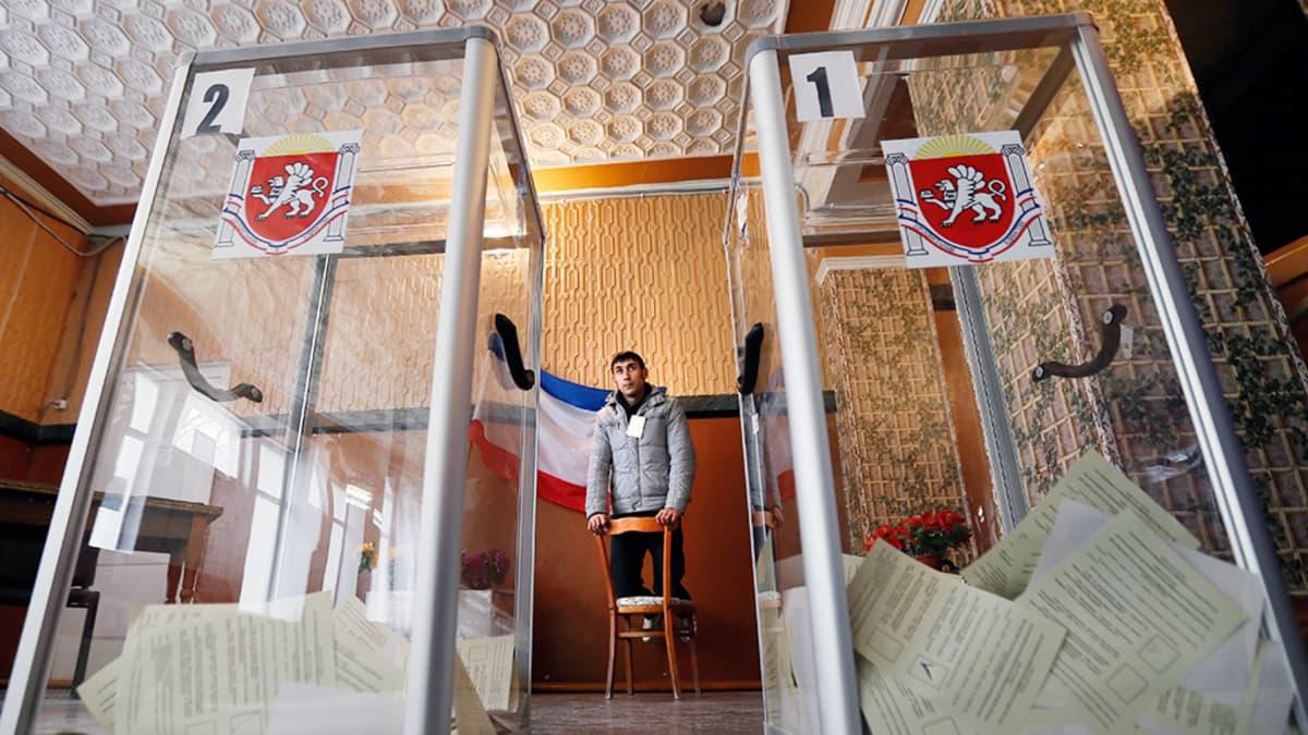 Krimiläinen vaalivirkailija valvoo kansanäänestystä Simferopolissa