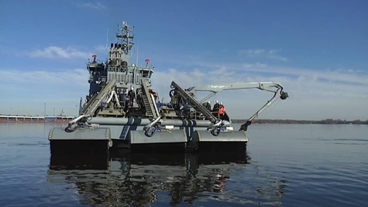 Monitoimialus Louheen kiinnitettyä öljyntorjuntakalustoa.
