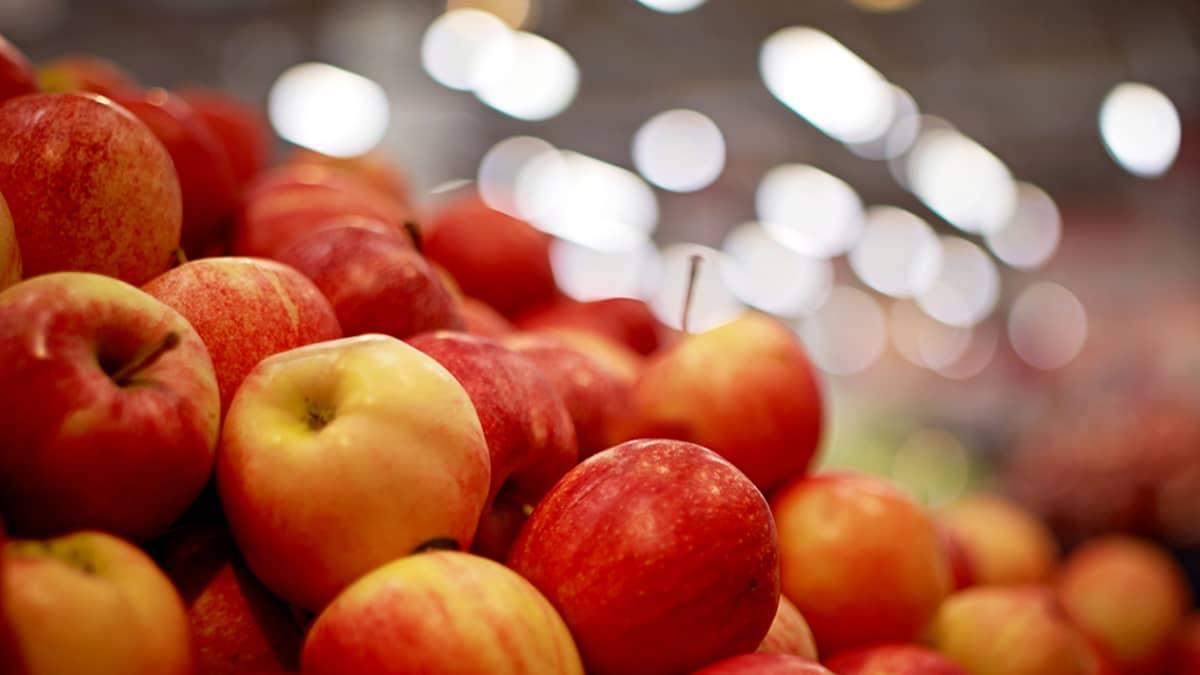 Omenia kaupan hedelmätiskillä.