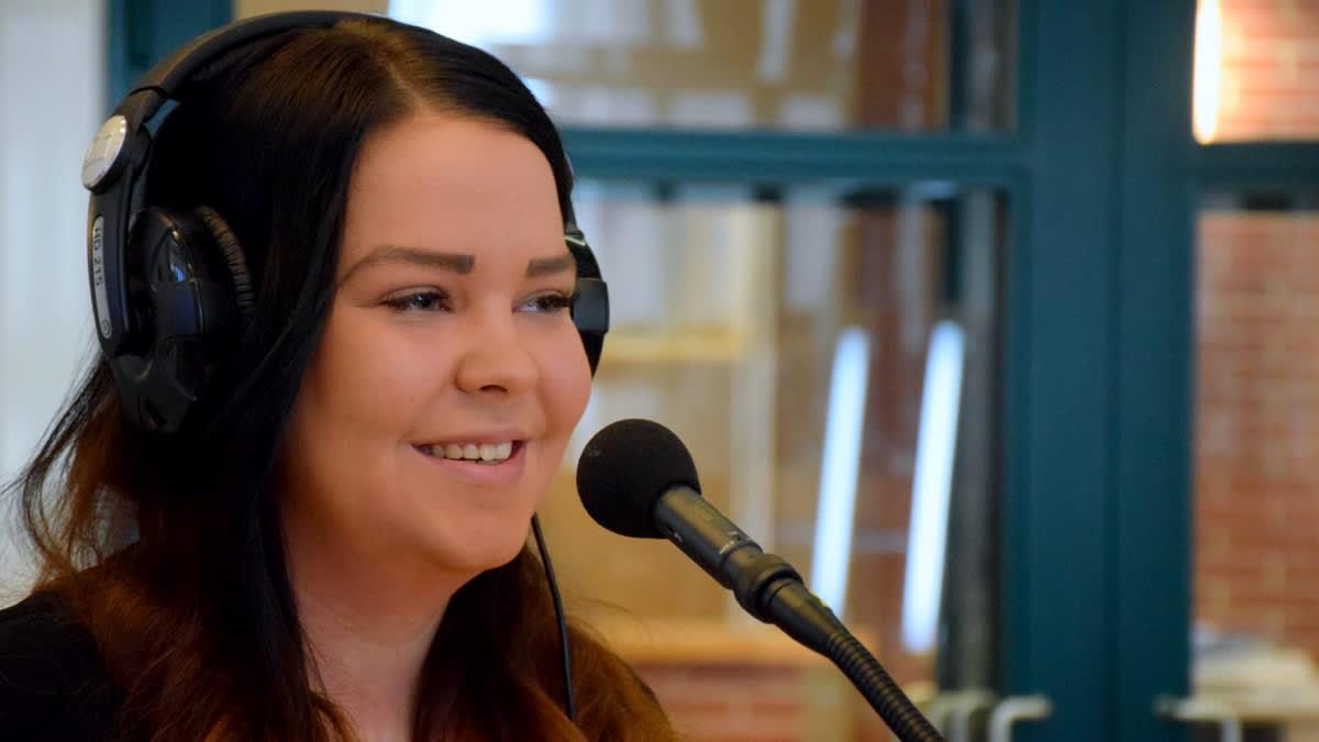 Henna Sara kuulokkeet päässä radion studiossa