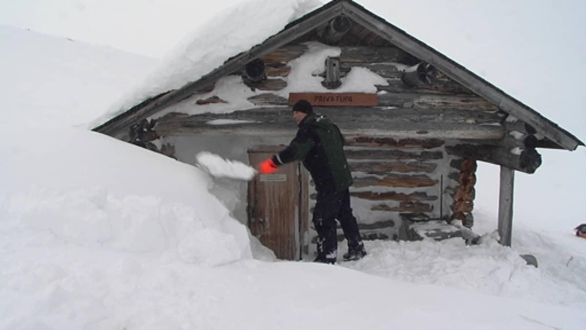 Antti Ohenoja lumitöissä Saanan päivatuvalla