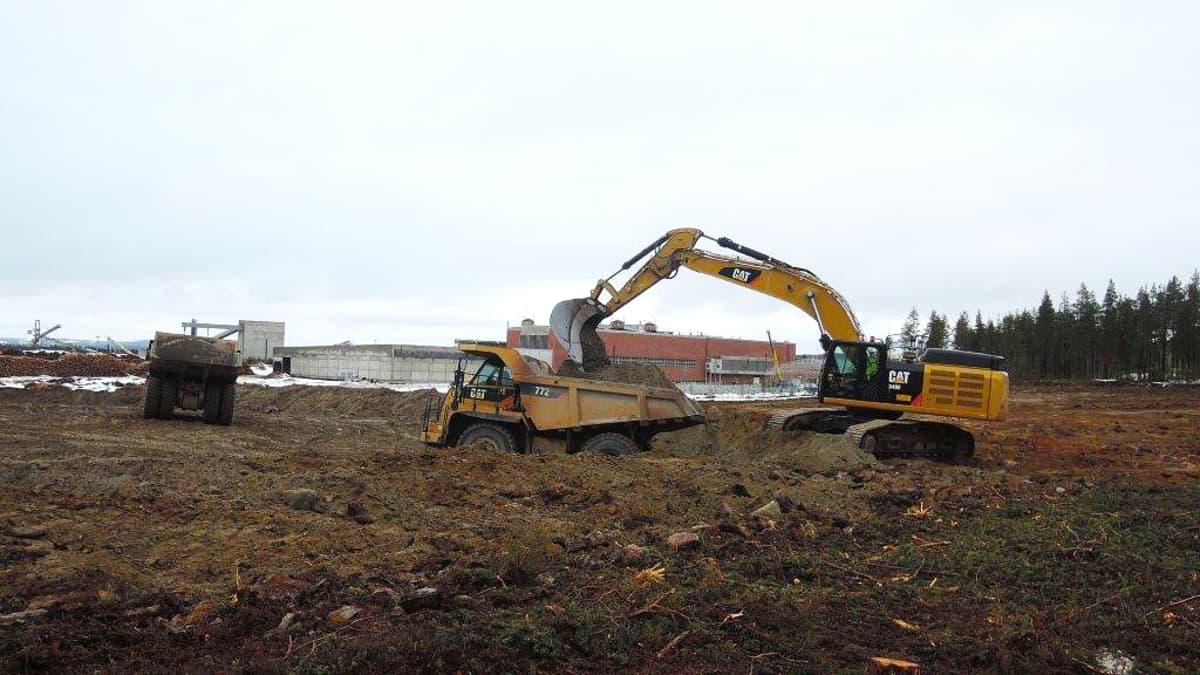 Maansiirtotyöt olivat hyvässä vauhdissa huhtikuussa Kemijärvellä entisen sellutehtaan alueella. Pohjustusta tehdään niin uudelle puuterminaalille kuin Keitele Groupin tuotantolaitoksellekin.