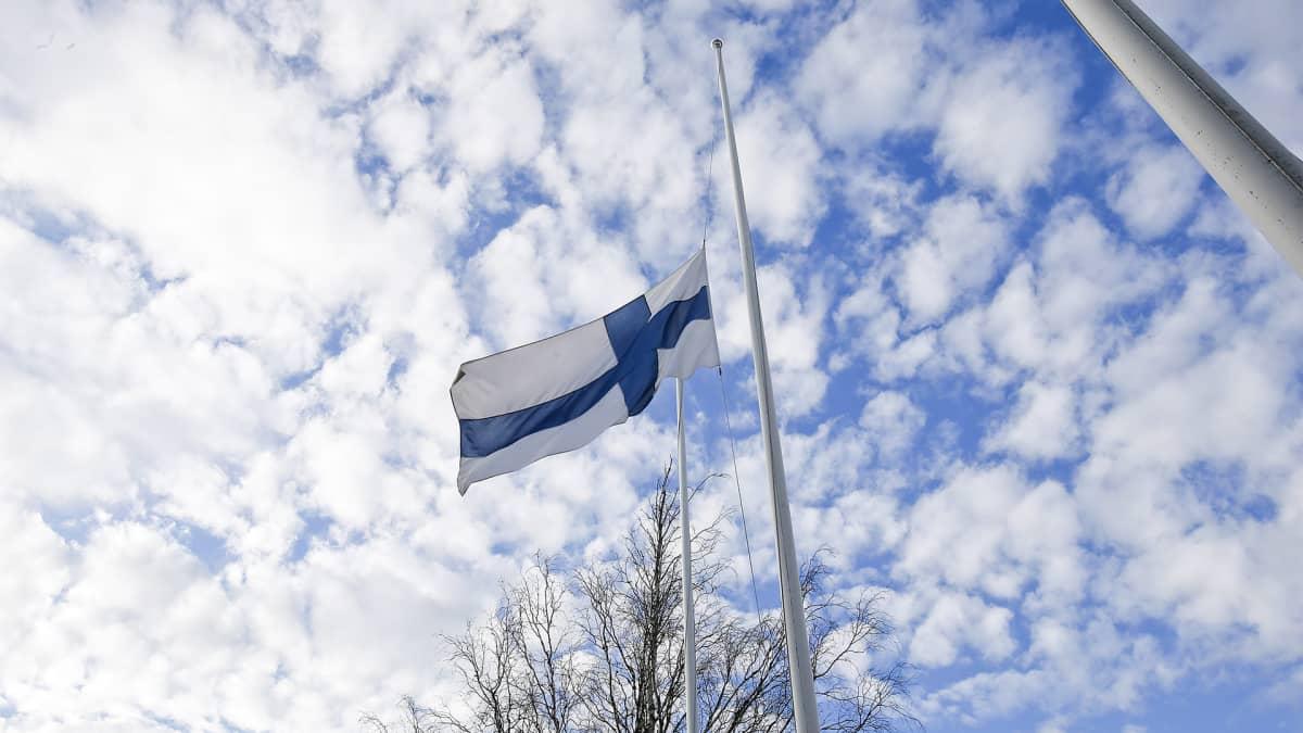 Lippu puolitangossa Jämijärven kentällä.