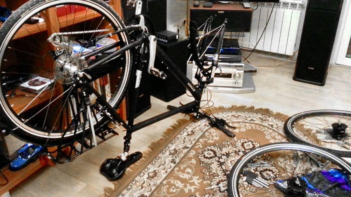 Polkupyörä Bogdanin olohuoneessa.