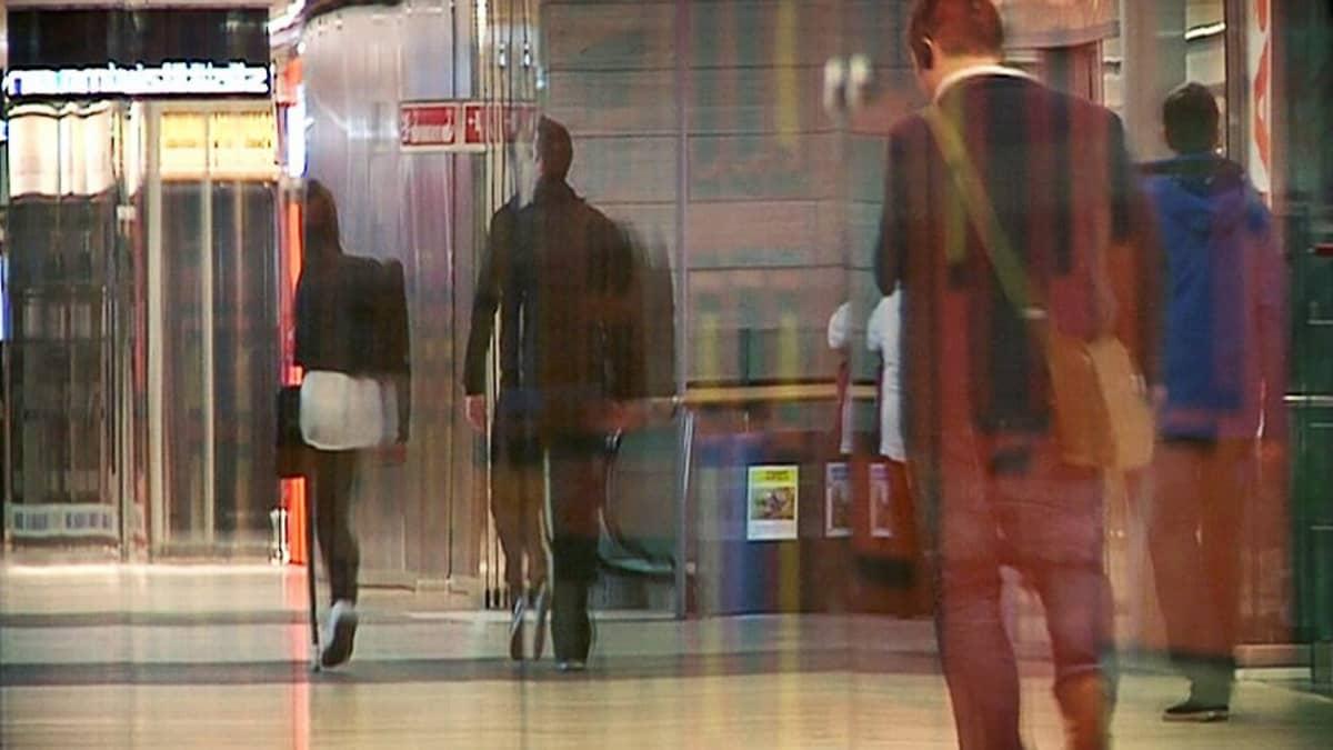Ihmisiä kävelemässä metroasemalla.