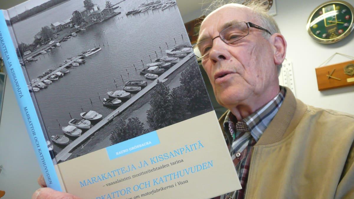 Marakatteja ja kissanpäitä -kirja esittelee vaasalaista vene- ja maamoottoriteollisuutta kertoo kirjan kirjoittaja Rauno Grönbacka.