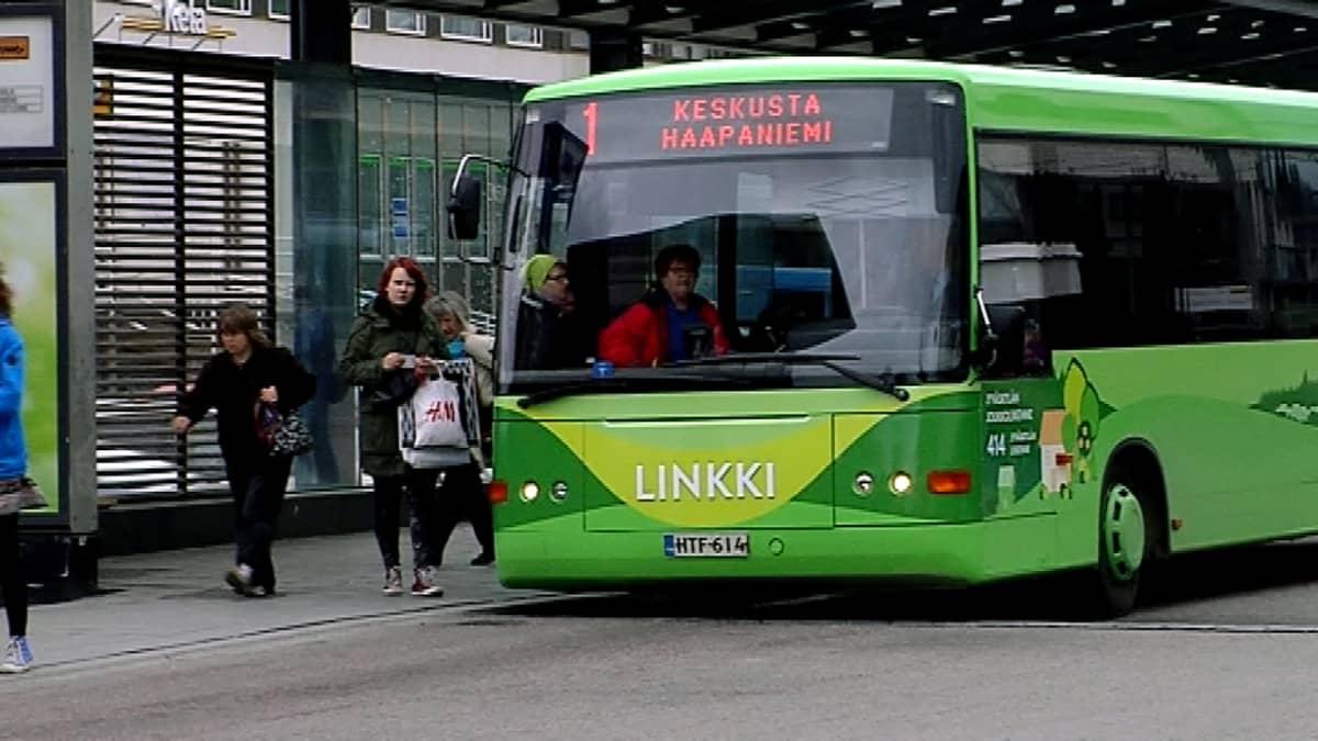 Uuden värityksen saanut linja-auto.