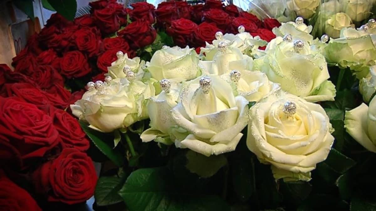 Koristeltuja valkoisia ruusuja.