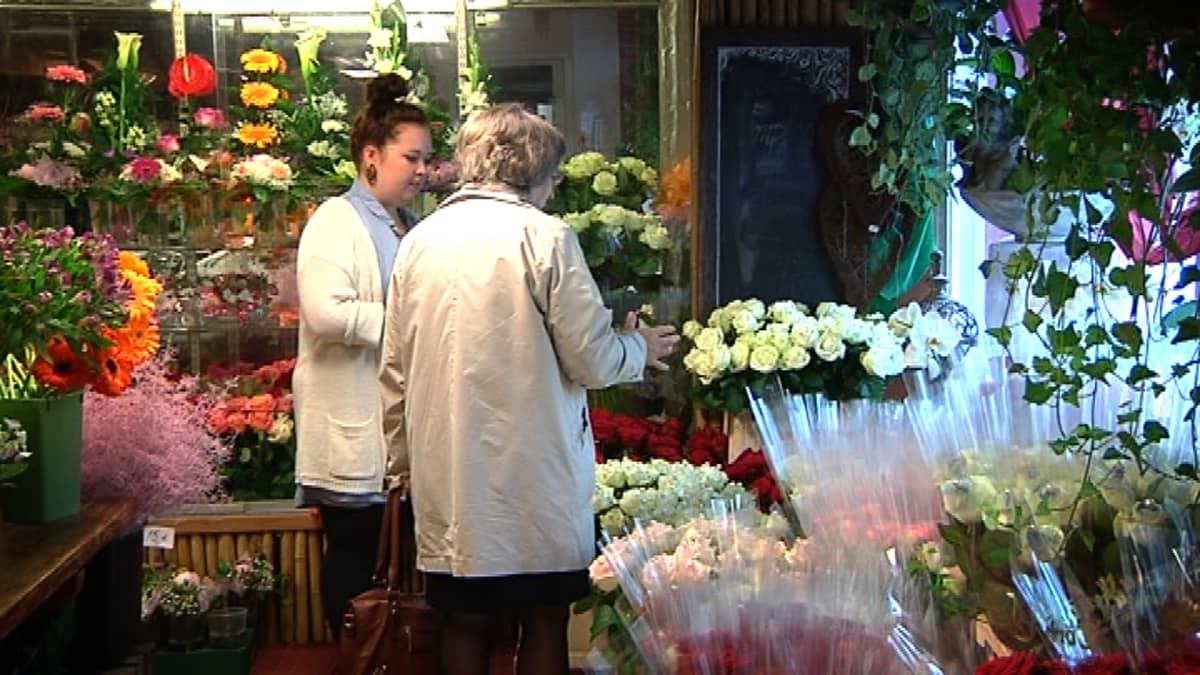 Asiakas ostamassa ruusuja Törnävän Kukassa.