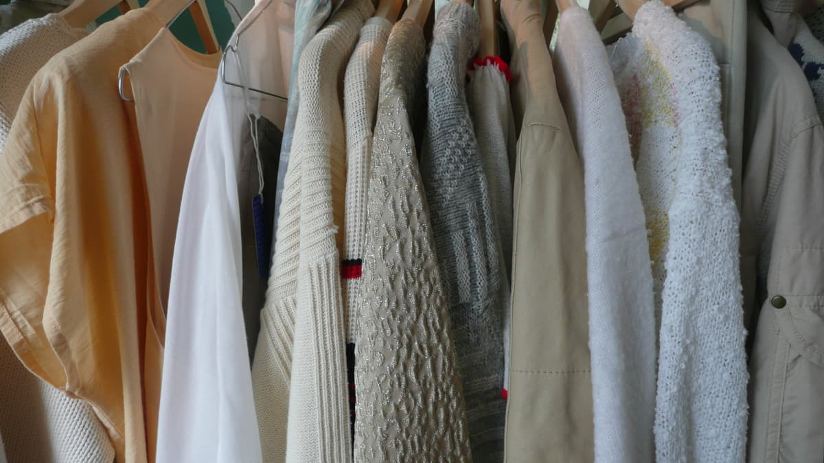 Käytettyjen vaatteiden liikkeessä vaatteet on lajilteltu värien mukaan.