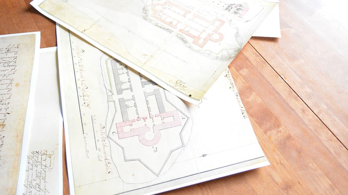 Dokumentteja Kajaanin linnan jälleenrakennussuunnitelmista 1700-luvulta.