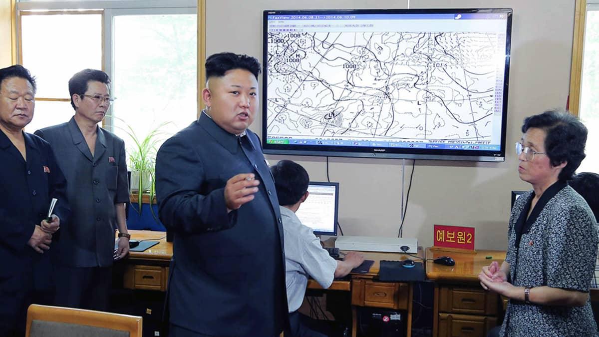Kim Jong-un tapaa meteorologeja Pyongyangissa.