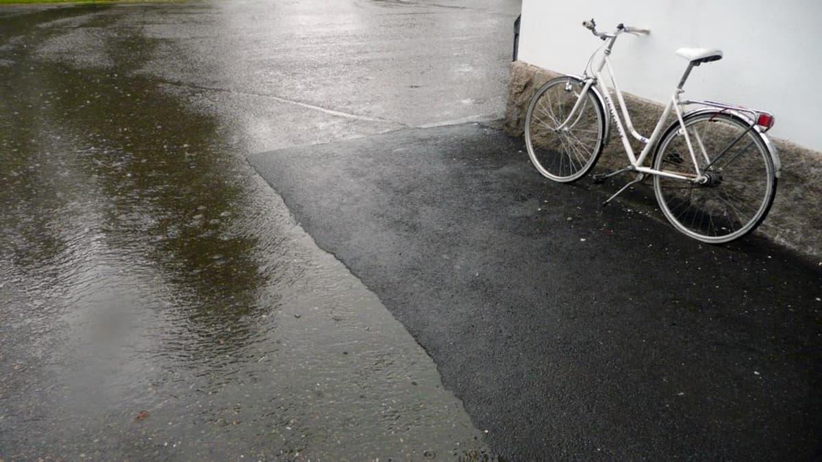 vesisade vesilätäköitä ja polkupyörä