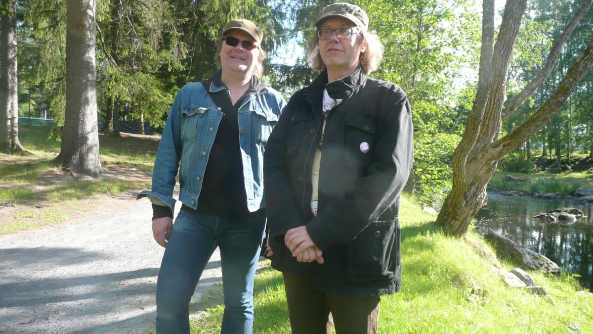Tapio (vas) ja Timo Vuorisalmi ovat Provinssirockveteraaneja.