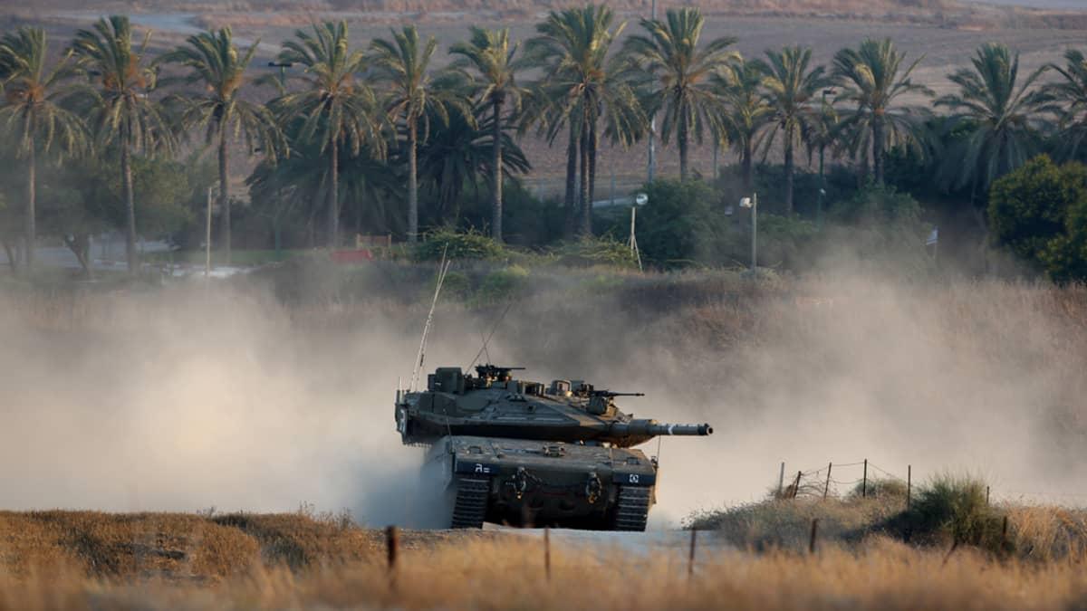 Israelin armeijan Merkava-panssarivaunu liikkumassa pitkin Gazan kaistan ja Israelin rajaa.