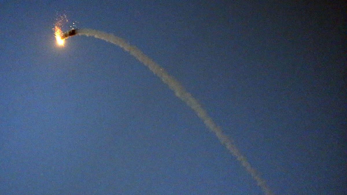 Ohjus tuhoaa raketin.