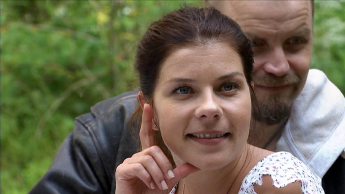 Armi Toivanen Elämältä kaiken sain -elokuvan tiedotustilaisuudessa Turun Satavassa. Taustalla Jani Volanen, joka näyttelee elokuvassa remonttimiestä.