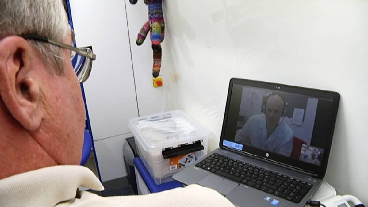 Asiakas keskustelee lääkärin kanssa videon välityksellä.