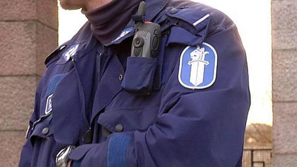 Poliisi käsivarret ristissä.