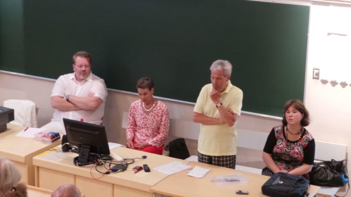 Johan Bäckman, Pirkko Turpeinen-Saari (sd.), Mikko Elo (sd.) ja Evgenia Hildén-Järvenperä (sd.) keskustelemassa Ukrainasta.