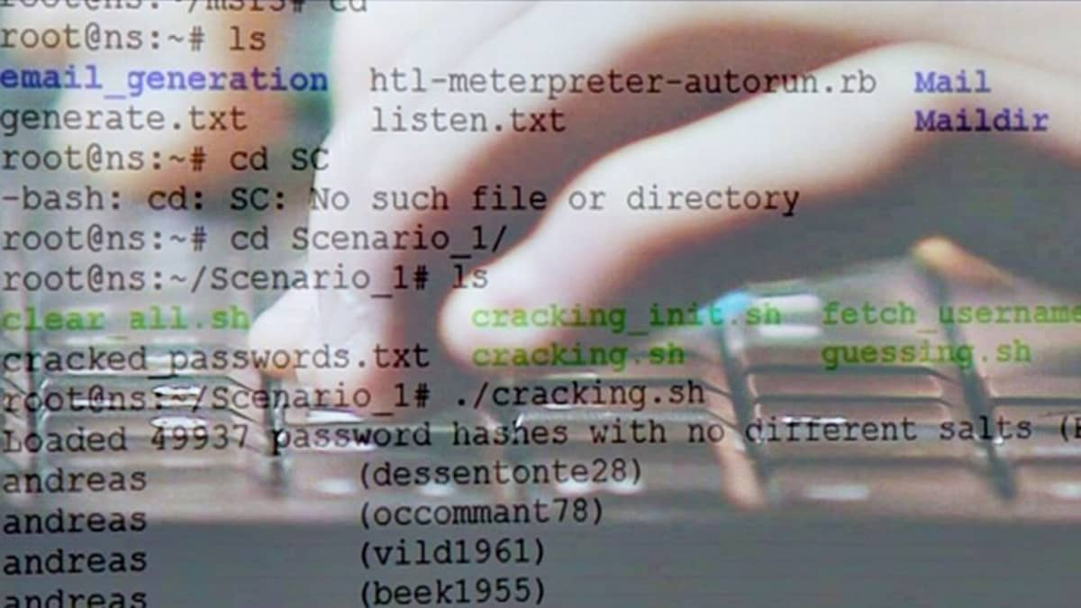Kuvituskuvassa ohjelmointikoodia ja kädet näppäimillä.