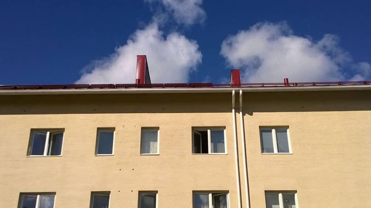 Kerrostalo katto savupiippu rapattu taivas korkea talo Karhunkaatajantie Rovaniemi