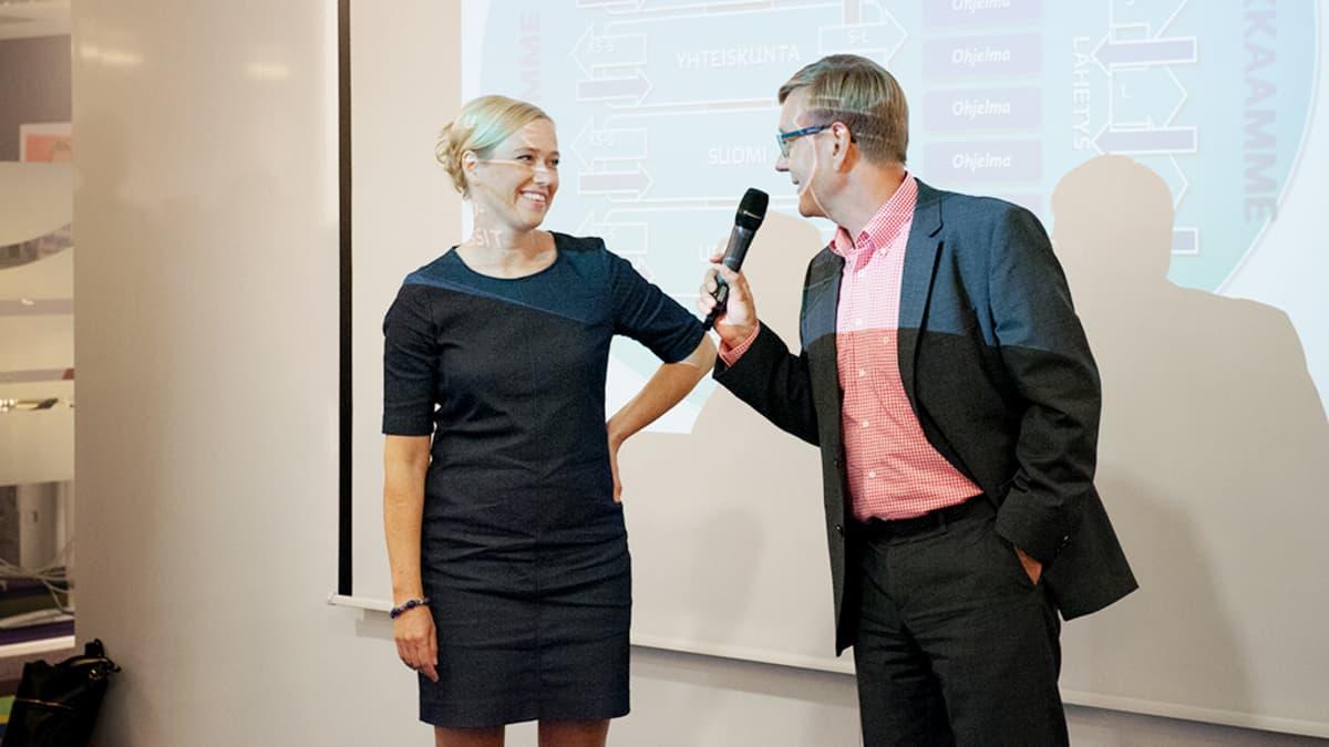 Riikka Venäläinen ja Atte Jääskeläinen vastaavat Ylen henkilökunnan kysymyksiin Pasilassa.