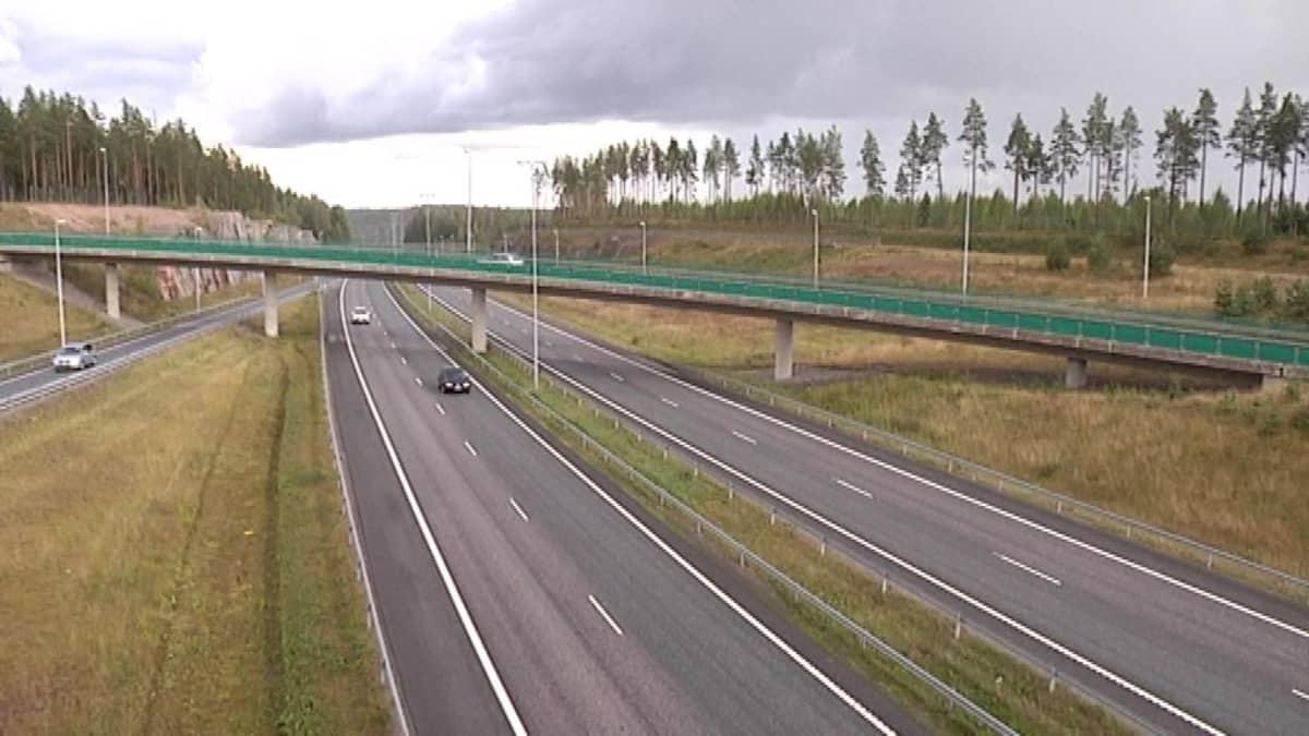 Helsingin ja Turun välinen moottoritie lävistää Lohjanharjun Muijalan liittymän kohdalla.
