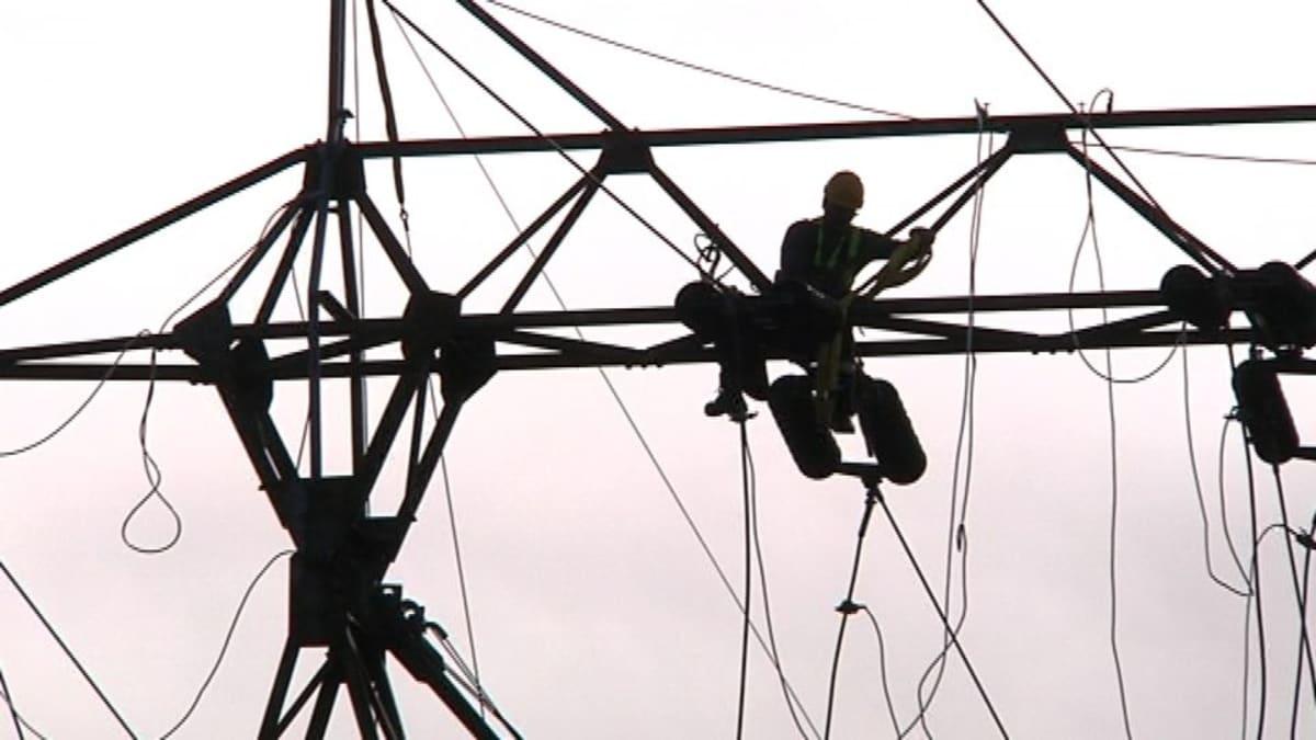 Etelä-Hämeeseen rakennetaan parhaillaan uusia Fingridin sähkön runkoverkkoja ja puretaan vanhoja linjoja.