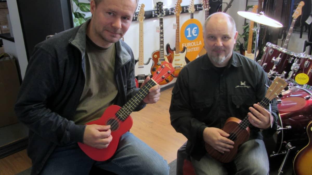 Pasi Tiihonen ja Tero Koivisto istuvat sylissään ukulelet.