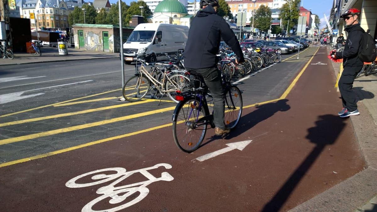 Pyöräilijä pyöräkaistalla
