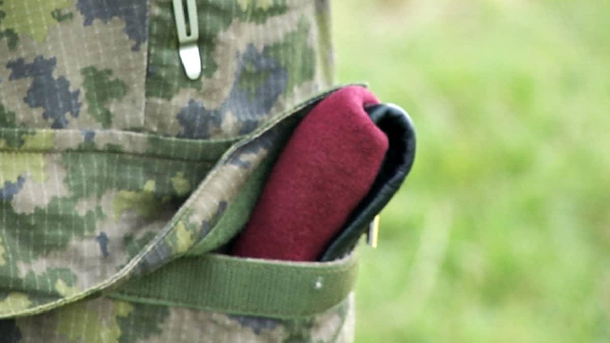 Punainen baretti.