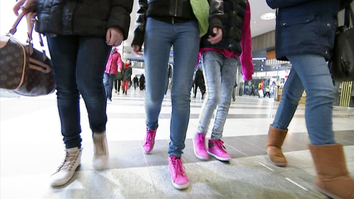 Nuoret kävelevät ostoskeskuksessa.