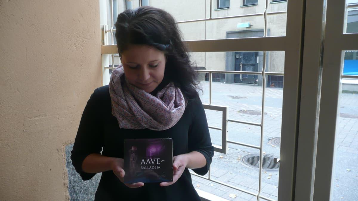 Jenni Niemi esittää Aaveballadeja-levyllä kaksi säveltämäänsä laulua.